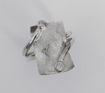 zilveren handgemaakte ring rechthoek en 2 steentjes