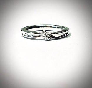 handgemaakte fijne zilveren ring met 2 kleine steentjes